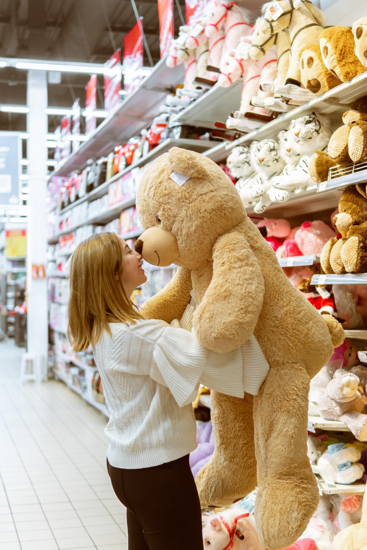 Een speelgoedwinkel biedt vaak een klantendienst of een klantenservice aan. Een winkel zal een telefoonlijn hebben om te bellen als ze ooit een probleem krijgen met het speelgoed van een klant. Sommige speelgoedwinkels hebben een formulier op hun website dat gemakkelijk kan worden gevonden, om de klant te helpen het juiste speelgoed te kiezen om te kopen.  Van de vele speelgoedwinkels op Internet zijn sommige reuzen, terwijl andere kleine exploitanten zijn die een klantenservice bieden die redelijk gelijkwaardig is aan die van de grote ondernemingen. Sommige zijn internationaal, sommige binnenlands, sommige gevestigd in de V.S. en sommige verspreid over de hele wereld. De rest biedt een verscheidenheid aan speelgoed van allerlei genre, en elke klant zal speelgoed vinden dat niet alleen aan zijn eigen criteria voldoet, maar ook aan die van de klanten die hij bedient.  De speelgoedinkoper wil dat de winkel alleen speelgoed in voorraad heeft waarvan bewezen is dat het veilig is, van karakterspeelgoed (bijvoorbeeld filmsterren, politici en andere die poppen zijn) tot speelgoed dat kinderen nodig hebben. Om een eerlijke vergoeding voor het speelgoed te krijgen, moet het speelgoed veilig zijn en afkomstig van een instemmende volwassene.  Zelfs in gevallen waarin de speelgoedwinkel speelgoed aan een klant heeft uitgedeeld, wil de klant het speelgoed vaak terugsturen. Het terugstuurproces wordt verschillend behandeld, afhankelijk van het bedrijf. Sommige bedrijven helpen de klant door krediet op toekomstige aankopen aan te bieden, of staan de klant toe een toekomstige ruil te ruilen tot het moment komt dat de klant een ander stuk speelgoed zou willen kopen. Andere bedrijven zullen deze stimulansen niet aanbieden, maar zullen in plaats daarvan de klant een volledige terugbetaling geven, zonder vragen te stellen. De klant verpakt het speelgoed gewoon in dozen, en stuurt het terug naar het bedrijf.  Zelfs mensen die zichzelf niet als bijzonder intellectueel beschouwen, kunnen 